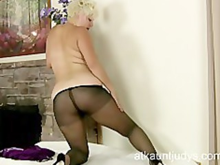 mature babe kelly plays with her pantyhose nylons